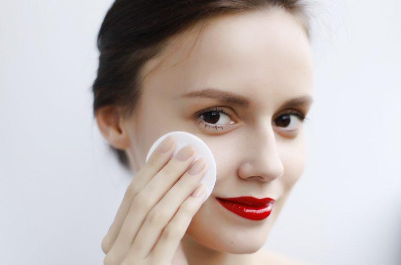 Conheça os benefícios da água micelar para a pele