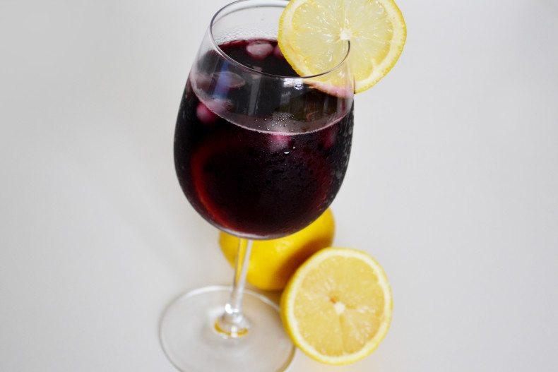 Dica para aproveitar o vinho tinto mesmo no calor (com limão siciliano) (3)