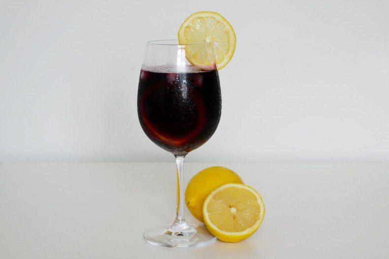 Dica para aproveitar o vinho tinto mesmo no calor (com limão siciliano) (4)