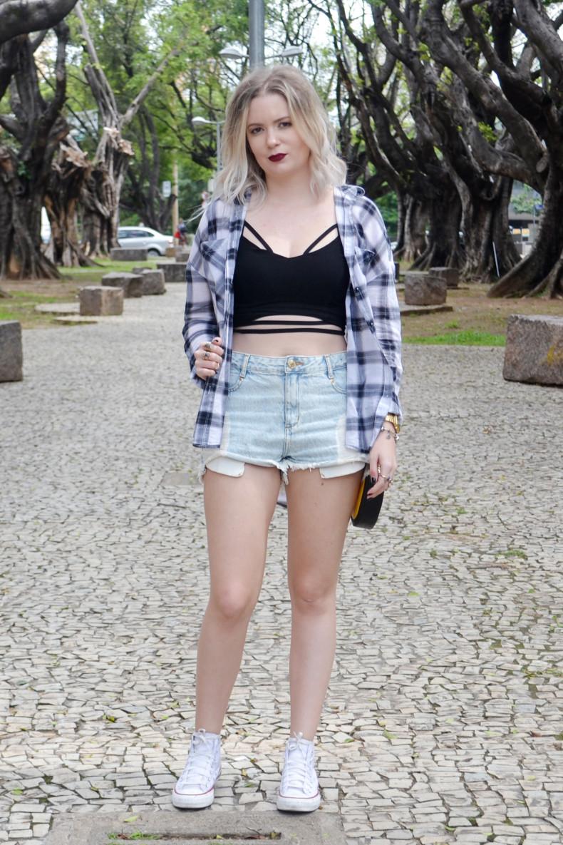 Meu Look  Camisa xadrez, short jeans, strappy cropped e bolsa de emoji (1)