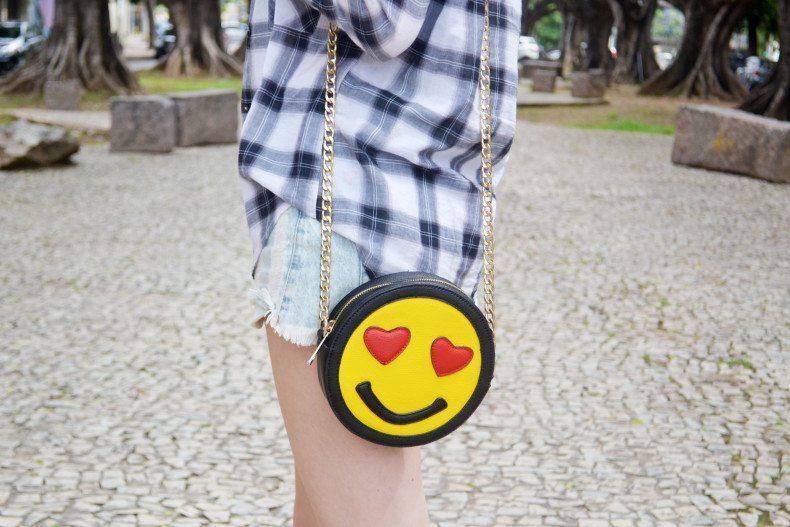 Meu Look  Camisa xadrez, short jeans, strappy cropped e bolsa de emoji (2)