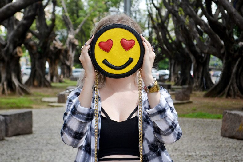 Meu Look  Camisa xadrez, short jeans, strappy cropped e bolsa de emoji (3)
