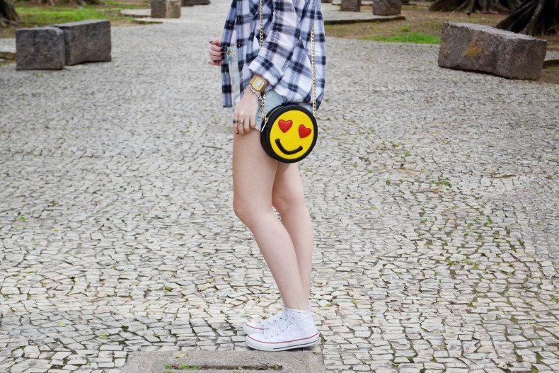 Meu Look  Camisa xadrez, short jeans, strappy cropped e bolsa de emoji (4)