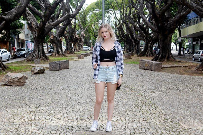 Meu Look  Camisa xadrez, short jeans, strappy cropped e bolsa de emoji (5)