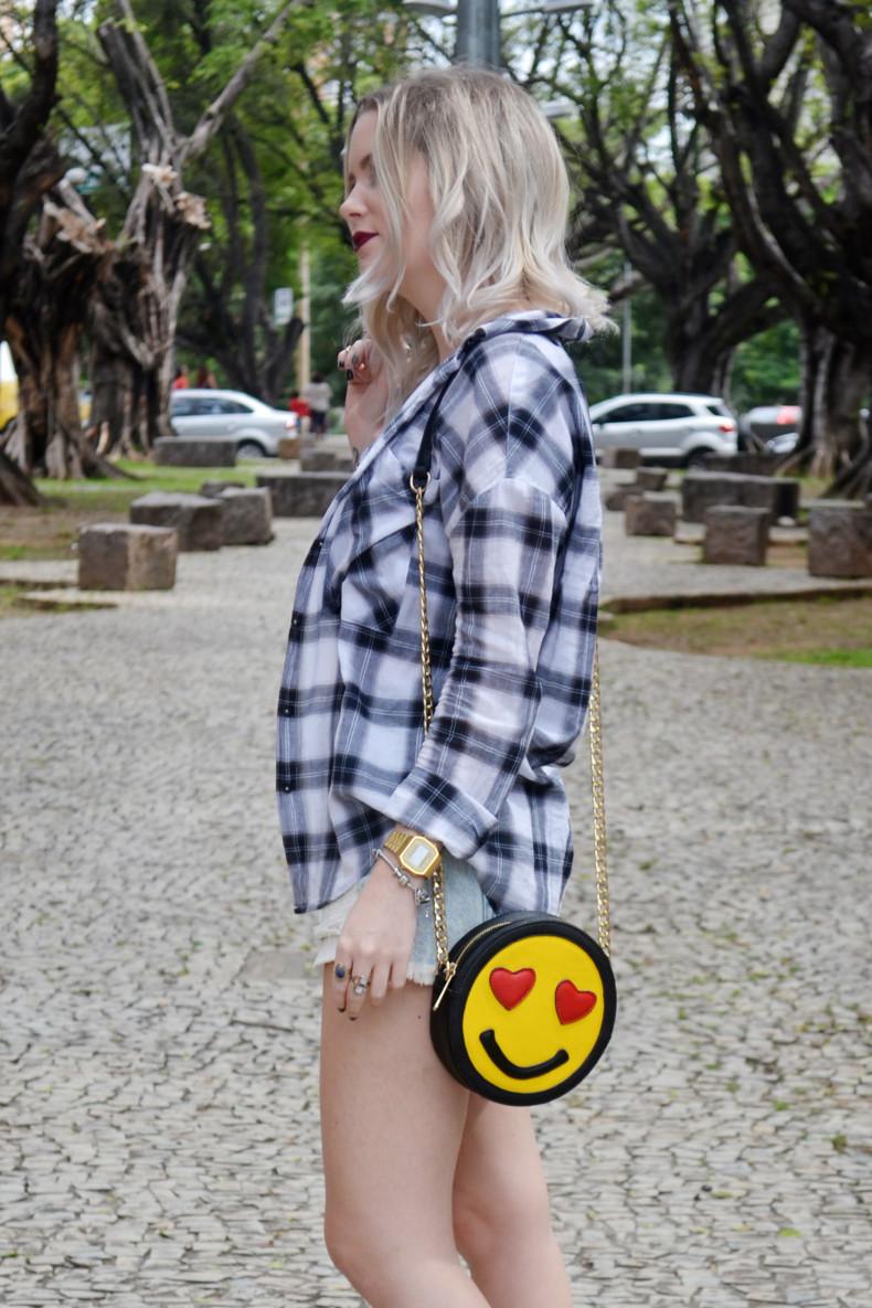 Meu Look  Camisa xadrez, short jeans, strappy cropped e bolsa de emoji (6)