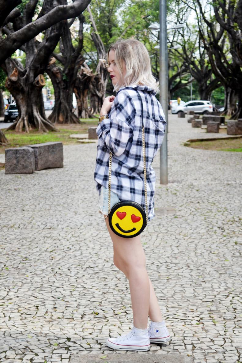 Meu Look  Camisa xadrez, short jeans, strappy cropped e bolsa de emoji (7)