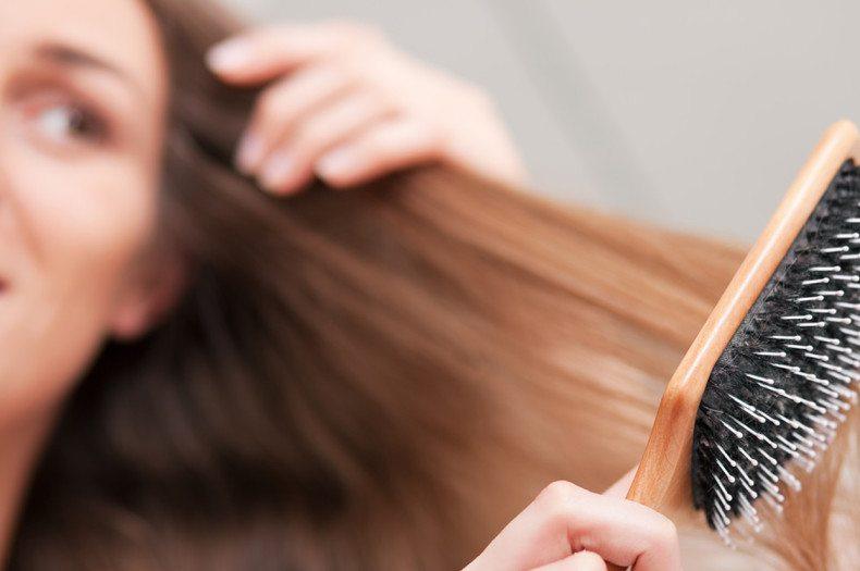 Enfrente pacotes e um cabelo com óleos naturais